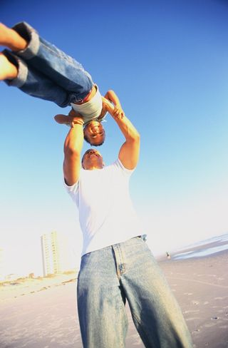 Foto padre e hijo en playa
